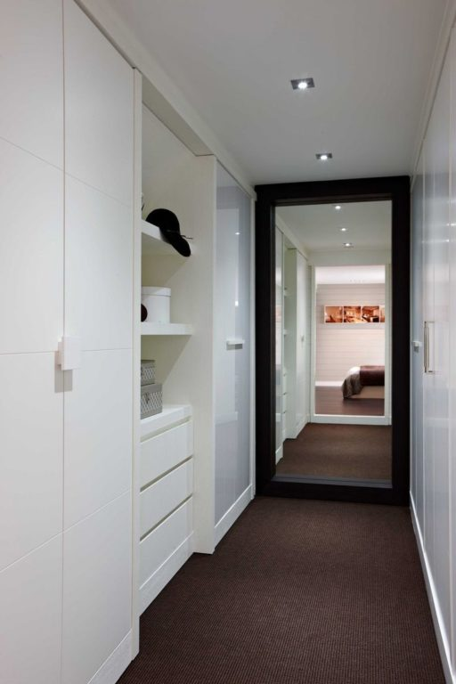 Белый шкаф и зеркало в узком коридоре