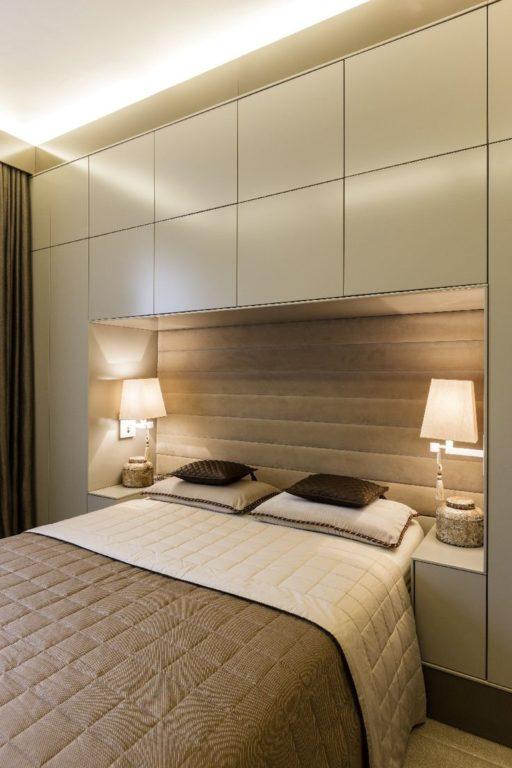 Большой шкаф вокруг кровати в спальне