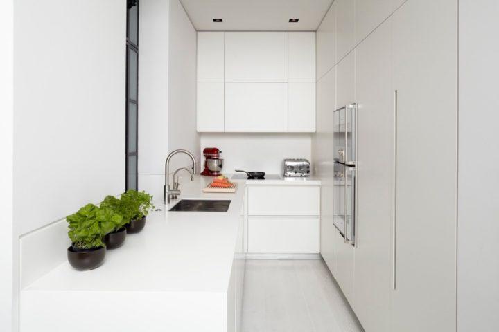 Длинная вытянутая прямая кухня