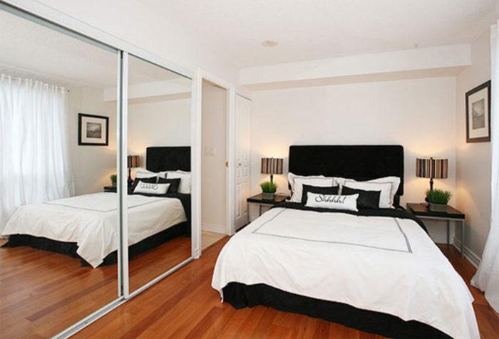 Зеркальный шкаф купе в дизайне маленькой спальни