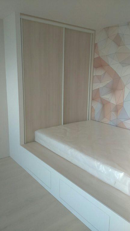 Кровать на подиуме с ящиками для хранения