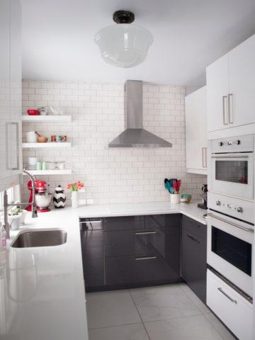 Небольшая белая кухня с плиткой кабанчик