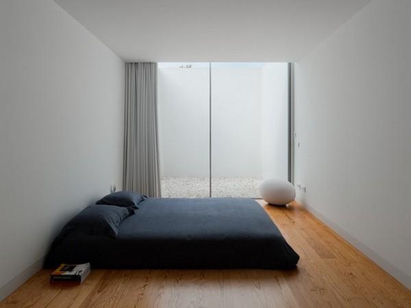 Спальня в стиле минимализм с матрасом вместо кровати