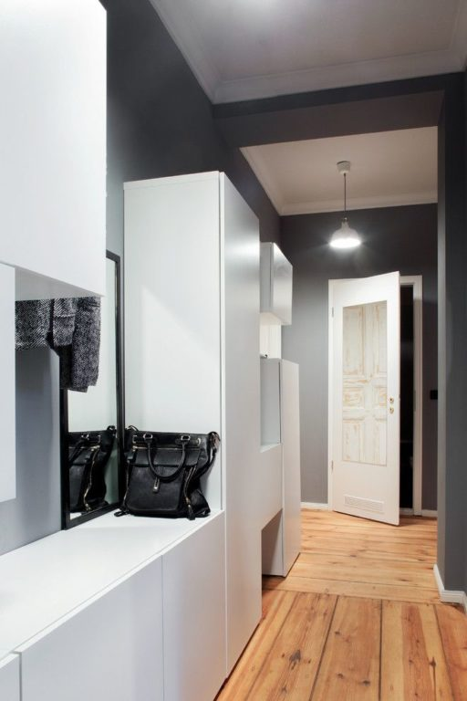 Шкаф в прихожей в узком коридоре
