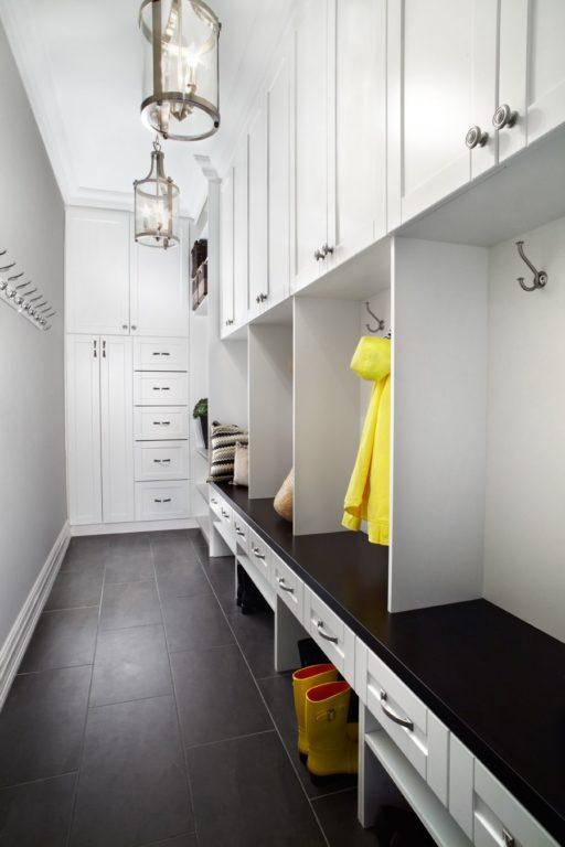 Шкаф с открытой частью в коридоре