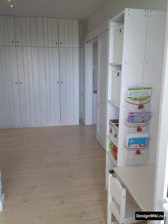Беленая деревянная мебель в детской