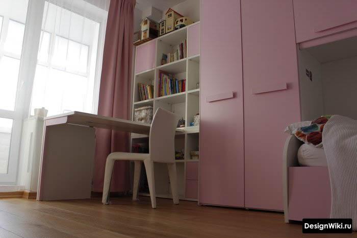 Бледно-розовая мебель в детской комнате