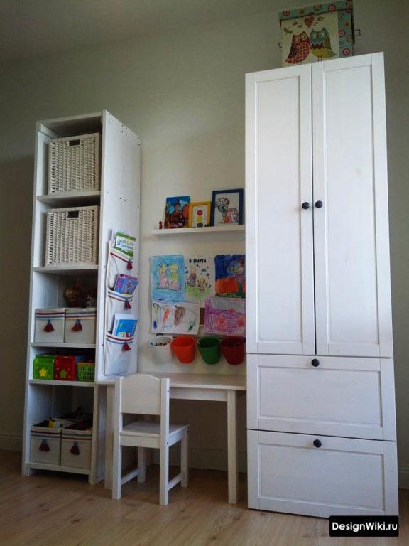 Детский столик и шкафчики белого цвета
