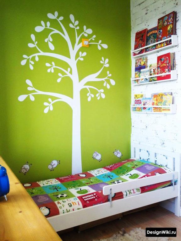 Зеленая стена с наклейкой дерева в детской комнате #дизайн #детские