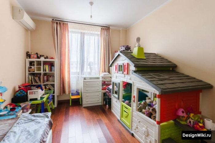 Игрушечный домик в детской комнате