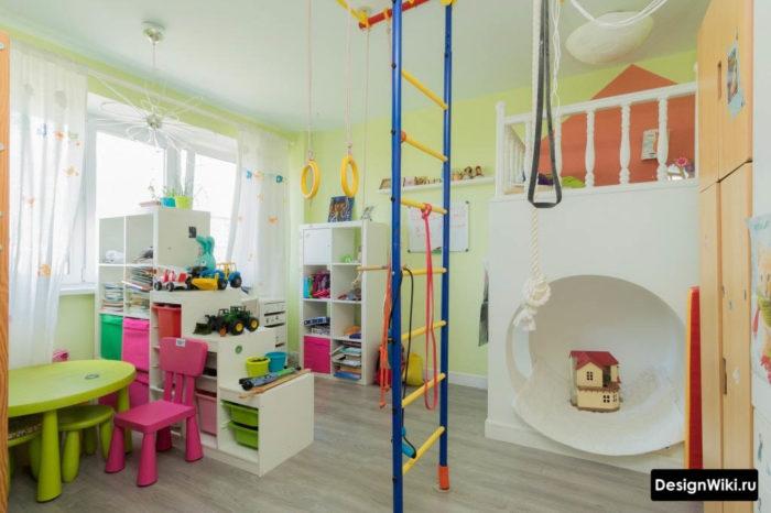 Идея дизайна детской комнаты с белой мебелью и спортивным уголком
