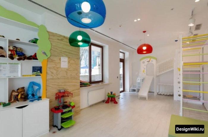 Интерьер детской с игровой в светлых тонах