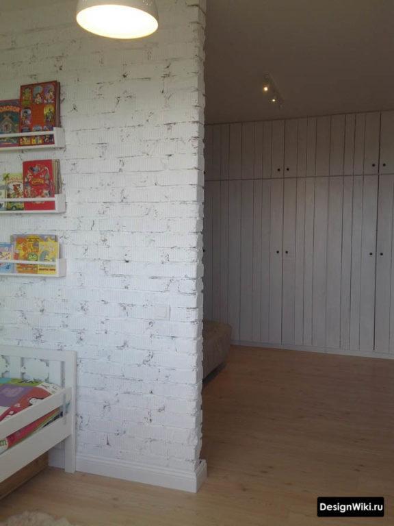 Кирпичная перегородка для зонирования в детской комнате