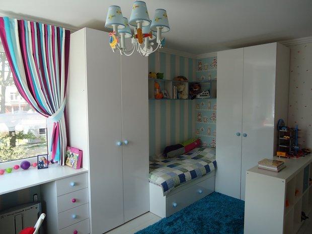 Кровать в углу детской комнаты