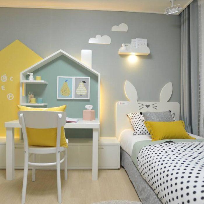 Кровать и стол в детской