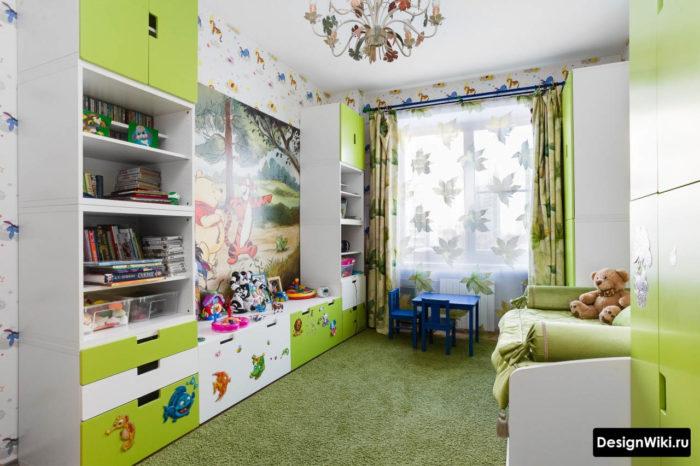Мебельная стенка бело-зеленого цвета в детской