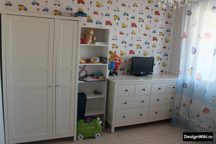 Обои с машинками и белая мебель в детской комнате