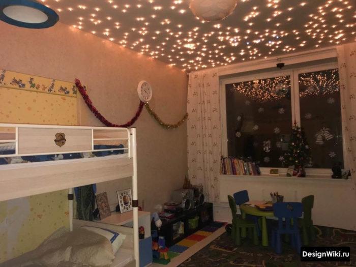 Потолок с гирляндами лампочками в детской