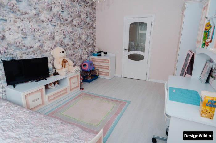 Светлый интерьер детской комнаты с обоями