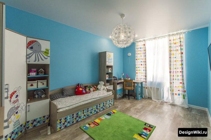 Синие стены и натяжной потолок в детской