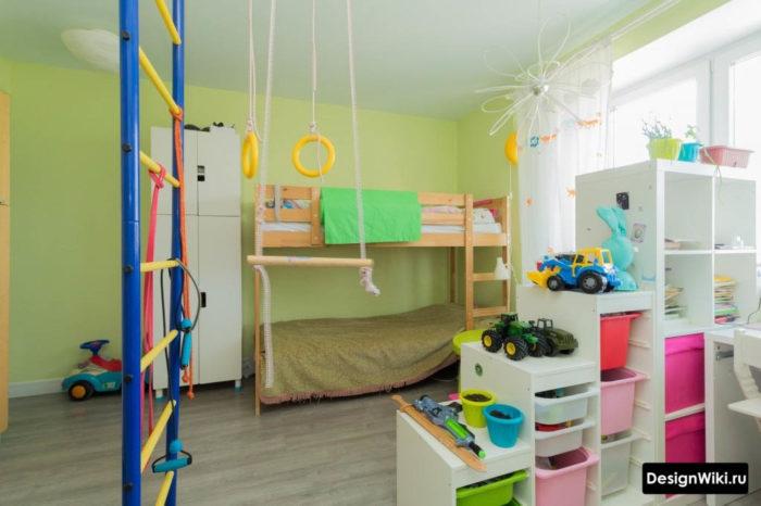 Современный дизайн детской комнаты с белой мебелью