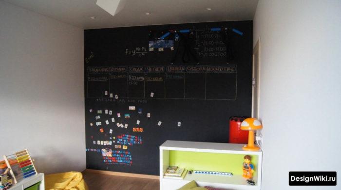 Черная грифельная стена для мелков в детской