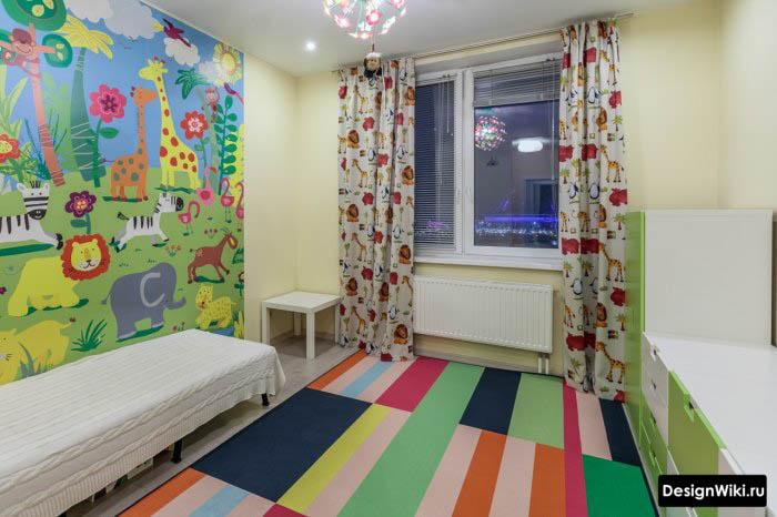 Яркие фотообои и ковер в детской комнате