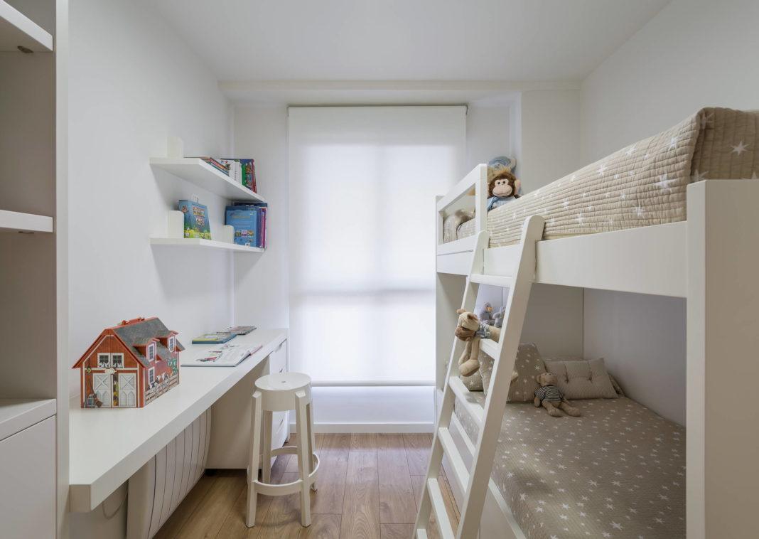 Двухэтажная кровать в спокойных цветах