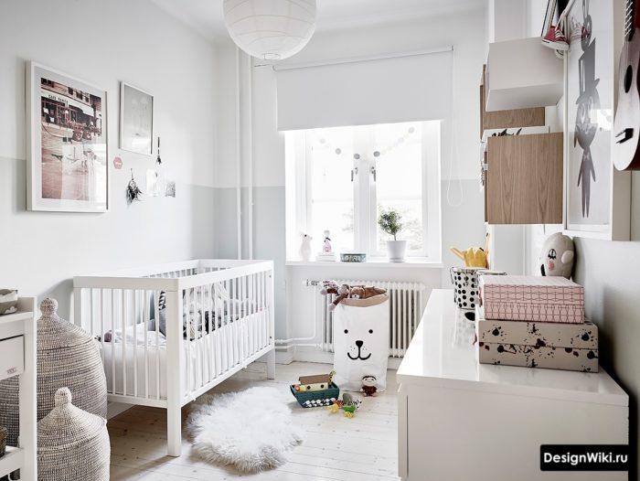 Белая глянцевая мебель в комнате мальчика дошкольника