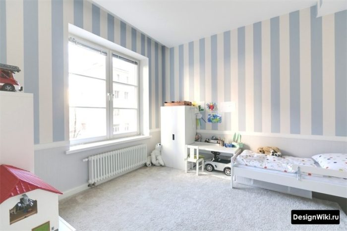 Бело-голубые полосатые обои в современной детской для мальчика