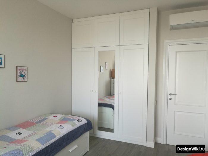 Белый шкаф до потолка в детской