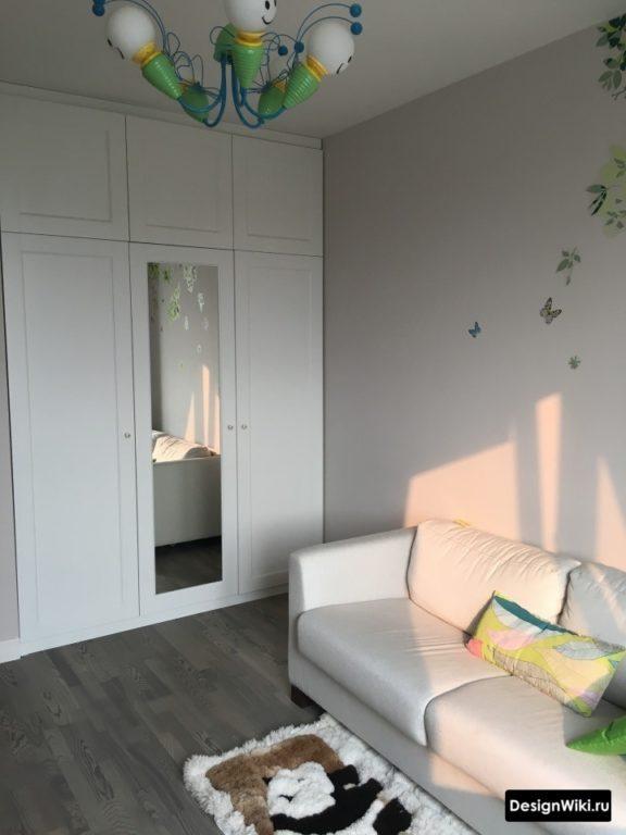 Белый шкаф с зеркалом до потолка в детской комнате