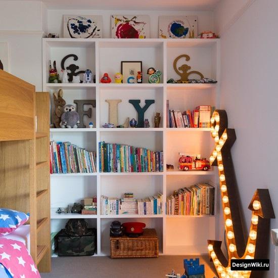 Белый шкаф с полками в детской комнате
