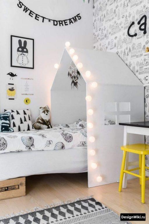 Кровать домик с гирляндой в комнате мальчика