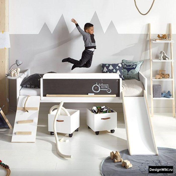 Кровать с горкой в комнате мальчика 7 лет