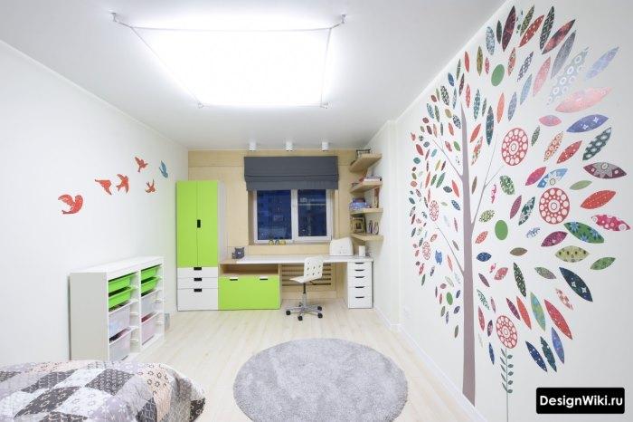 Наклейки в форме дерева на стене в детской