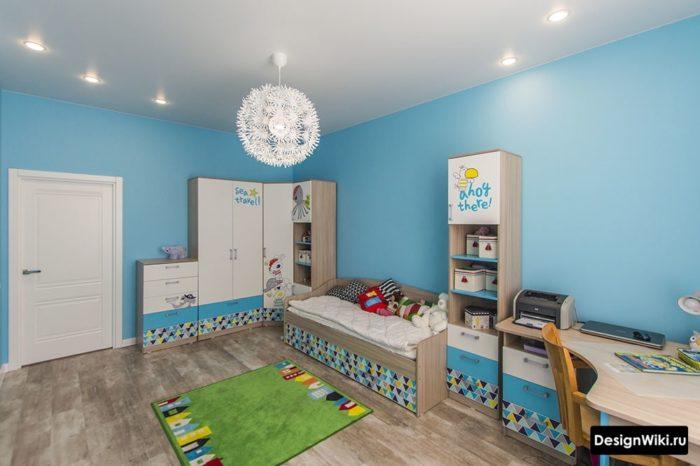 Недорогой мебельный гарнитур в детской мальчика
