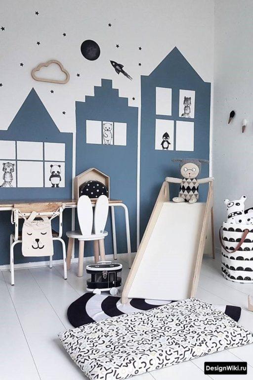Обои в форме домиков и детская горка в комнате мальчика