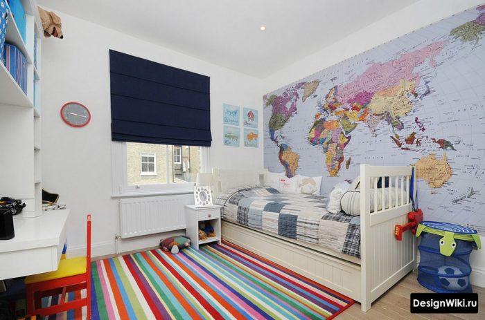 Разноцветный ковер и карта на стене в интерьере детской для мальчика
