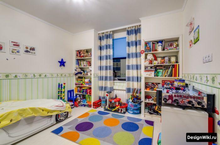Реальная детская комната мальчика с беспорядком