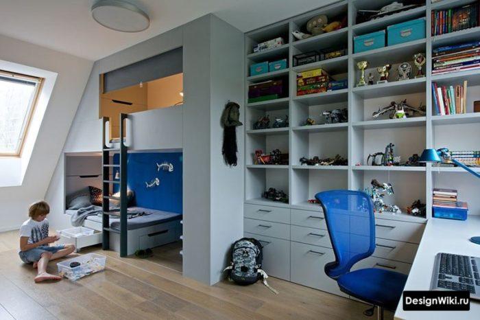 Серая мебель и кровать чердак в интерьере детской комнаты для мальчика