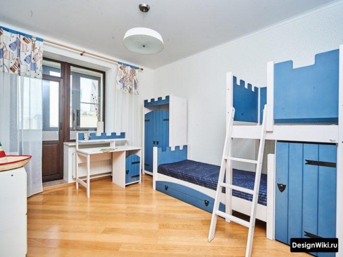 Сине-белая мебель в детской для мальчика