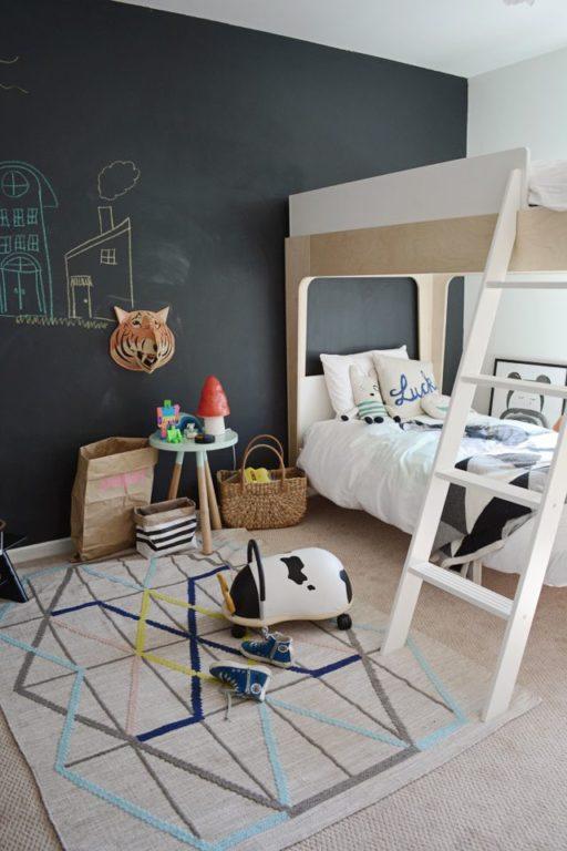 Стена-доска для рисования мелком в детской