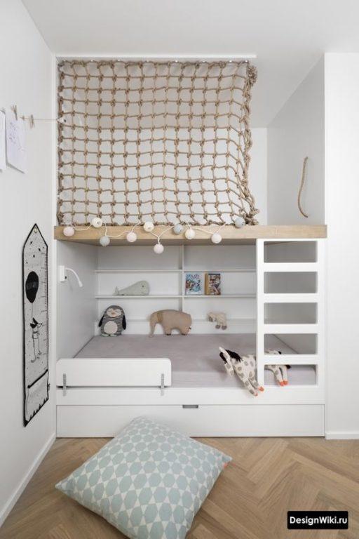 Стильная красивая белая кровать чердак в детской комнате мальчика