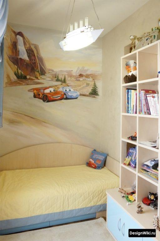 Фотообои с мультфильмом машинки в комнате мальчика