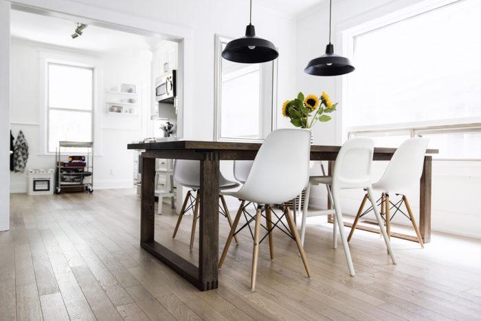 Белый стулья с деревянными ножками в скандинавском стиле