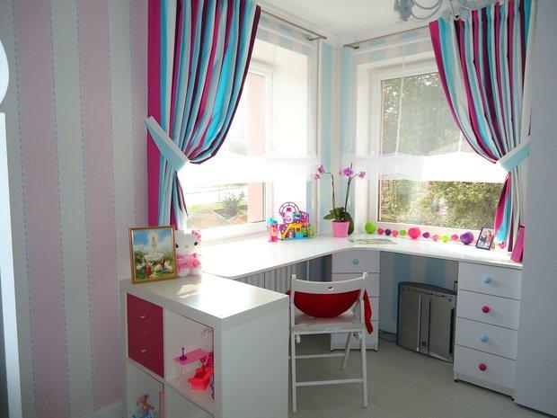 Белый угловой стол для девочки в детской