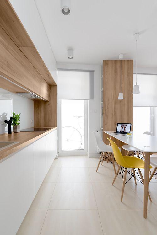 Белый цвет и светлое дерево на кухне