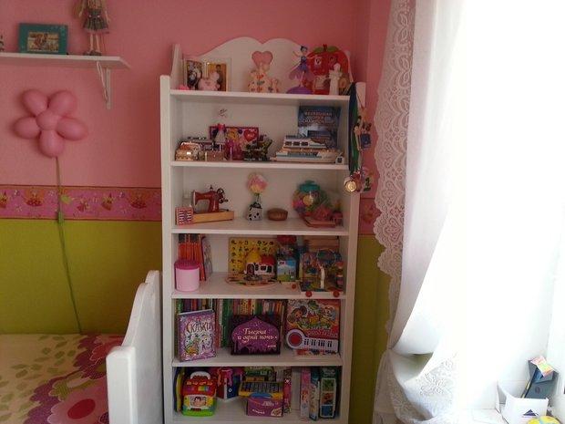 Белый шкаф в комнате девочки