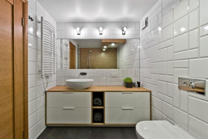 Ванная в скандинавском стиле с белой глянцевой плиткой